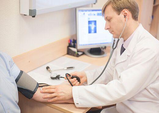 Измерение артериального давления у врача невролога