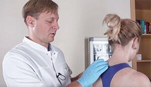 Пальпаторная диагностика в области шейного отдела позвоночника